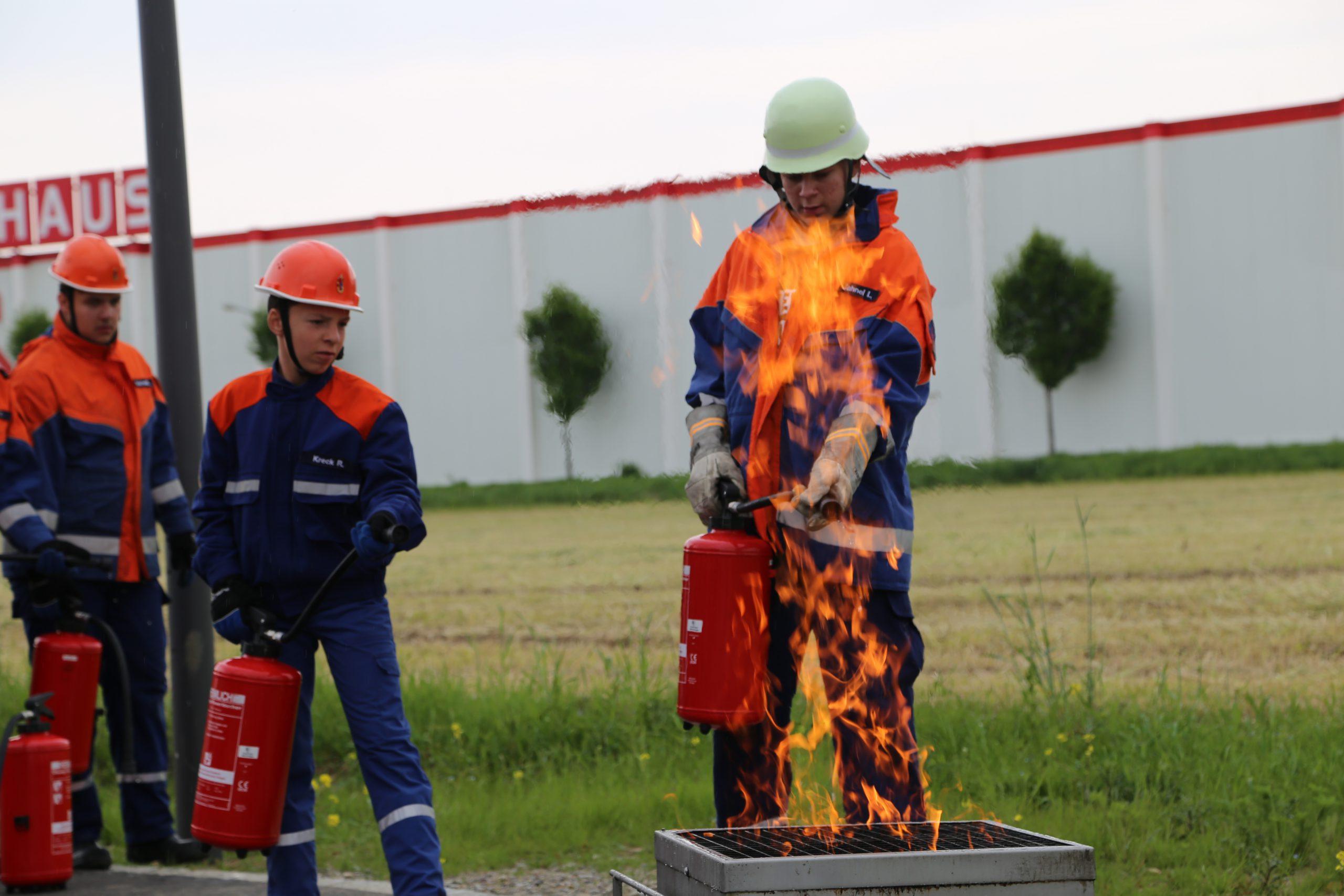 24h Übung 10 - Feuerlöscher Übung am FireTrainer